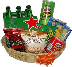 Regalo para hombres cesta con cerveza Heineken y snacks