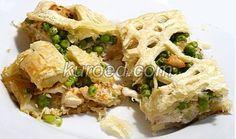 Слоеный пирог с курицей и горошком, срез
