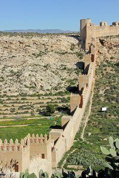 Las paredes de la fortaleza de la Alcazaba de Almería, España