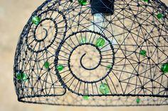 Zelenka.+Drátovaný+lustřík.+Lustr+jsem+umotala+z+černého+drátu+a+ozdobila+jej+broušenými+korálky+v+zelených+odstínech.+Průměr:+27+cm.+Ošetřeno+antikorozním+sprejem.+Originál+RoníkoVo.