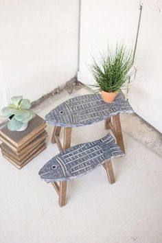 Set Of Two Wooden Fish Stools – Woodworking Techniques Wooden Fish, Wooden Hand, Wooden Furniture, Furniture Design, Furniture Plans, Wooden Cupboard, Wood Projects That Sell, Diy Projects, Wooden Bar Stools