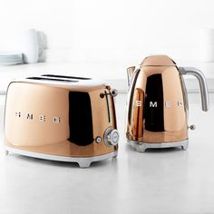 SMEG's New Kitchen Appliances Are a Rose Gold Lover's Dream! Smeg has introduced its brand new rose gold to its popular breakfast set. ☕️🍞 Suitable for those who want to make a bold statem Kettle And Toaster, Rose Gold Kitchen Appliances, Home Appliances, Smeg Kitchen, Kitchen Utensils, Kitchen Robot, Retro Appliances, Cleaning Appliances, Kitchen Organization
