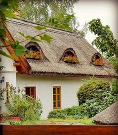 A pretty cottage in Ócsa, Hungary - zsuppfedeles kicsi haz. Thatched House, Thatched Roof, Interesting Buildings, Beautiful Buildings, Small Tiny House, Cute Cottage, Weekend House, Cabins And Cottages, Budapest Hungary
