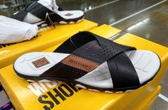 Brown Sandals, Leather Sandals, Male Fashion Trends, Mens Fashion, Sandals 2018, Driving Shoes, Huaraches, Shoe Collection, Flip Flop Sandals
