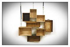 HANGIN' LOOSE | Hangende wandkast van verschillende houten kistjes.