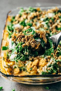An easy and healthy vegan spicy buffalo cauliflower casserole dish recipe that is so unbelievably tasty Its topped with chopped kale spinach and a homemade garlic vegan c. Vegan Casserole, Healthy Casserole Recipes, Cauliflower Casserole, Vegan Cauliflower, Buffalo Cauliflower, Vegan Dinner Recipes, Cauliflower Recipes, Vegetarian Meals, Vegan Dinners