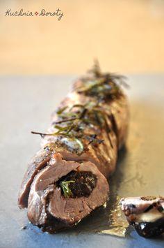 Polędwica wieprzowa ze śliwkami, pieczona w czerwonym winie