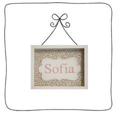 Quadro caixa com fundo em tecido florzinha e balão em lona com nome personalizado impresso.