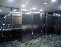 Туалет на несколько кабинок.