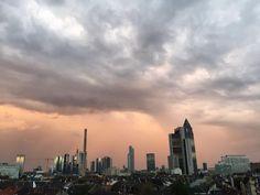 Frankfurter Skyline im Abendlicht.  Wohnen in Frankfurt. #Frankfurt #skyline #skyscraper #Abendlicht