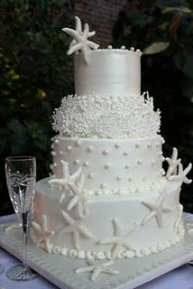 Mooie traditionele taart voor een bruiloft met strandthema