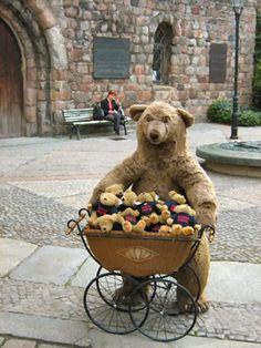 Teddy in the city Old Teddy Bears, Vintage Teddy Bears, Teddy Bear Shop, Bear Photos, Reborn, Love Bear, Bear Doll, Antique Toys, Handmade Toys