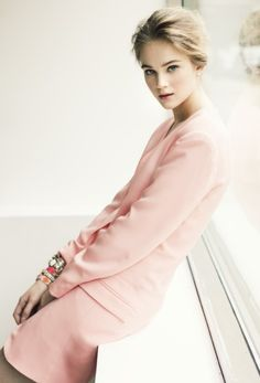Delicate beauty elegant in pale pink suit and tons of bracelets. Pale Dogwood, Tout Rose, Pink Fashion, Womens Fashion, Pink Suit, Winter Mode, Pretty Pastel, Look Chic, Mode Style
