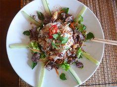 Deze Vietnamese Biefstuksalade is licht, gezond en vers. Hierdoor vormt hij een heerlijke, voedzame maaltijd voor tijdens een warme zomeravond.