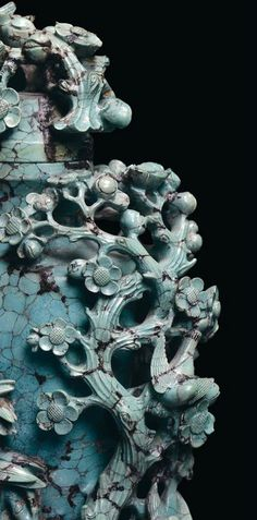 A turquoise capped vase finely sculpted with floral motives, China, Qing Dynasty, Qianlong Period (1736-1795). Photo Cambi Casa d'Aste