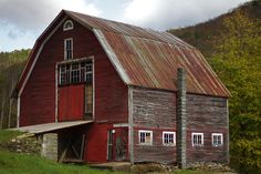 Barns of Vermont - Love the ramp! Oh the history of this place! Country Barns, Country Roads, Country Living, Agricultural Buildings, Barns Sheds, Red Barns, Old Farm, Barn Quilts, Old Buildings