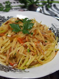 tumis pepaya teri A Food, Food And Drink, Indonesian Cuisine, Indonesian Recipes, Pork Bacon, Spicy Dishes, Asian Recipes, Ethnic Recipes, Veggie Stir Fry