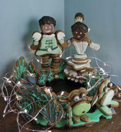 Löysin googlailemalla pienen merenneidon linnan ja sain siitä inspiraation tehdä omasta lempi Disney prinsessastani piparkakun. Prinsessa ja sammakko, tarinassa ei ole linnaa vaan koko tarina tapahtuu Louisianan metsässä joten päädyin rakentamaan suon äärelle hahmot. Tianan, Prinssi Naviinin ja heidän sammakkohahmonsa. - by Mikaela -- Piparkakku, Joulu, Gingerbread, Christmas