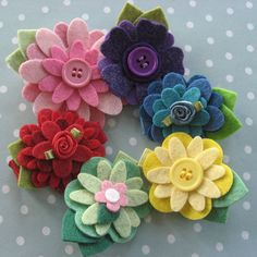 Leuk om te maken samen met je (klein)kinderen Felt Flower Hair Clip - Pure Colors - You Choose Two by PrettyinPosies on Etsy.
