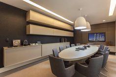 Office. Decor. Sala de reunião. Mobiliário em laca cinza. Decoração contemporânea.