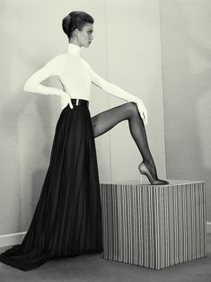 Karlie Kloss. Pleated Maxi Skirt with Turtleneck.