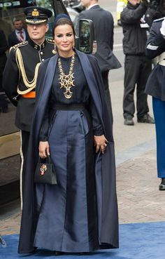 Sheikha Mozah bint Nasser Al Missned (Qatar) arrives at the Nieuwe Kerk in Amsterdam, The Netherlands, 30 April where the investiture of the new king takes place Modest Fashion, Hijab Fashion, Estilo Real, Bridal Cape, Female Pictures, House Dress, Royal Fashion, African Fashion, Dress To Impress