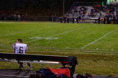 Descargar foto gratis de un jugador de futbol americano > http://imagenesgratis.eu/imagen-de-un-jugador-de-futbol-americano-en-el-banquillo/