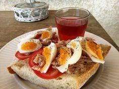 Tomaat, gekookt ei, tonijn uit blik op een stuk pain. Simpel en lekker.