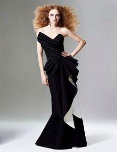 robe de soirée longue noire aux accents blancs de côté