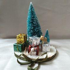 Die Katzenminiatur, steht auf einer Holzscheibe, welche mit Dekoelementen und Kunstschnee, sowie einem Satinband verziert ist. Birthday Candles, Snow Globes, Santa, Decor, Fake Snow, Christmas, Dekoration, Decoration, Decorating