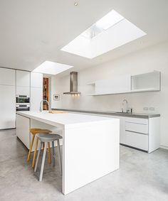 Highlever Road - A complete refurbishment and extension of a Victorian semi-detached house in West London by London-based Haptic Studio. Modern L Shaped Kitchens, Cool Kitchens, Scandinavian Interior Design, Nordic Design, West London, Kitchen Interior, Kitchen Decor, Kitchen Stools, Island Kitchen