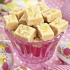 Fräsch fudge där limesmaken bryter av det söta på ett bra sätt. Swedish Recipes, Fudge, No Bake Cookies, Christmas Goodies, Blondies, Fruit Salad, Truffles, Lime, Sweets