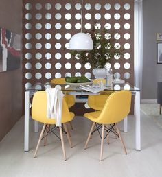 Cadeiras Eames são modernas e versáteis. Vale combinar uma mesa de vidro e um pendente delicado.   Produção Casa Mobly  #producaomobly #inspiration #homedecor #inspiracao #casaedecoracao #casaejardim #moblybr #mobly #minhacasa #casa #decoration #homesweethome #saladeestar #saladejantar #pendente #decoracaodeinteriores #home #ambiente