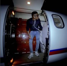 Last night Wizkid hopped on private jet to Freetown the capital of Sierra Leone for a sold out stadium concert. He was