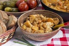 Жаренка из грибов, мяса и картофеля  Жаренка — сытное белорусское блюдо, основой которого являются картофель, мясо и грибы. Традиционная жаренка по-деревенски томится в порционных горшочках в идеале, конечно же, в печи.   Принцип приготовления жаренки понятен вообщем-то уже из самого названия — все составляющие этого вкусного жаркого предварительно обжариваются, сохраняя тем самым все соки и вкусы. А затем уже продукты тушатся в грибном отваре с добавлением сметаны и томата. Вместо томатной…