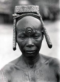 Africa | Bakutu woman. Boende, Tshuapa District, Equateur Province, Belgian Congo. ca. 1940/50s | Scanned vintage photographic print; photographer C. Lamote