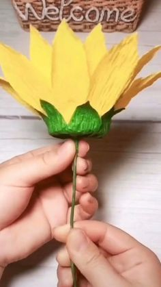 Paper Flower Art, Paper Flowers Craft, Paper Flower Tutorial, Giant Paper Flowers, Paper Roses, Flower Crafts, Diy Flowers, Paper Sunflowers, Origami Flowers