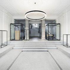 La rénovation du hall d'entrée de Poljane Grammar School située à Ljubljana, en Slovénie a remis en valeur cette pièce historique qui a été malmenée par les restaurations précédentes. L'agencement minimaliste redonne un coté majestueux à ce hall d...