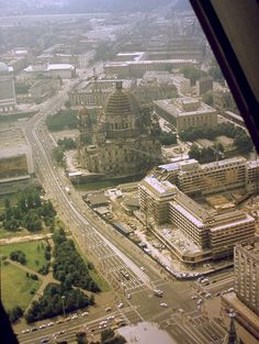 """Im Vordergrund das im Bau befindliche """"Palast-Hotel"""", 1979 eingeweiht; ganz links angeschnitten Palast der Republik und jenseits des Spreekanals das DDR-Außenministerium."""