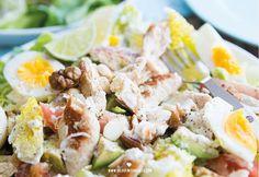 Salades, I love them! Je kunt er oneindig meer variëren en als je het een beetje slim aanpakt kun je er een flink bord van op smikkelen. En ik als grote eter kan daar dus echt enorm van genieten! Deze gezonde versie van een Ceasar salad stond al een tijdje op mijn to make list ...