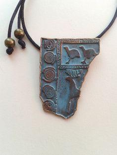 Réplica de placa de Bronce para colgante. Medida: 5,9cm Periodo: 200 - 50 a.C. ORIGINAL: Se trata de una placa de bronce, muy fina, con decoración geométrica y zoomorfa. Yacimiento: El Llano de la Horca (Santorcaz).