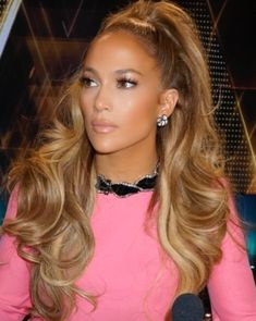 Who made Jennifer Lopez's jewelry and pink long sleeve dress?