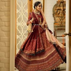 Belts can help you create an extraordinary look to your outfits. No wonder we're seeing all style-obsessed brides adding belts to a large variety of outfits ranging from shararas and sarees to gowns and lehengas. #shaadisaga #indianwedding #belts #beltsforlehenga #beltsforsaree #beltsforlehengablousewith #howtomakewaistbeltforlehenga #hipbeltforlehenga #goldenbeltforlehenga #clothbeltforlehenga #fabricbeltforlehenga #beltforsaree #embroiderybeltforsaree #kamarbeltforsaree #diywasistbeltforsaree Indian Wedding Lehenga, Wedding Lehenga Designs, Designer Bridal Lehenga, Bridal Lehenga Choli, Indian Bridal Makeup, Indian Bridal Outfits, Indian Bridal Wear, Indian Dresses, Indian Suits