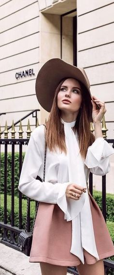 This look is so chic, I could never get tired of seeing oversized hats in spring/summer. Only Fashion, Fashion Looks, Country Attire, French Chic, Feminine Style, Gorgeous Women, Parisian, Spring Summer Fashion, Street Style