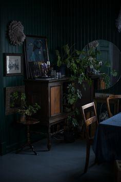 46 Ideas bedroom black furniture wall color interior design for 2019 Dark Living Rooms, Living Room Green, Bedroom Green, New Living Room, Bedroom Colors, Living Room Decor, Bedroom Decor, Bedroom Black, Bedroom Rustic