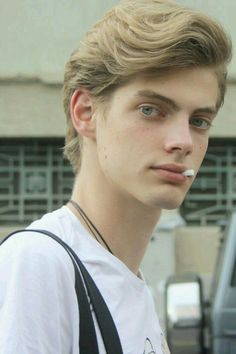 Blondie, green eyes, troubled past cute boys portré. Beautiful Boys, Pretty Boys, Blonde Jungs, Blonde Boys, Stylish Boys, Face Claims, Green Eyes, Pretty Face, Cute Guys