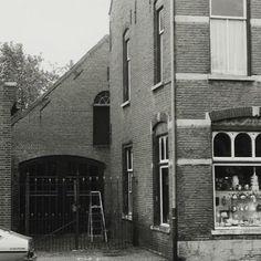 De gevulde etalage bij Jet van Ierssel, zo herinner ik het me echt uit mijn jeugd, ik denk dat deze foto rond 1975 gemaakt is.