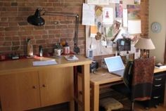 What to do if your desk faces a wall: and Mirrors Feng Shui Desk, Feng Shui Mirrors, Feng Shui Office, Feng Shui Bedroom, Feng Shui Tips, Office Cubicle, Office Desk, Home Office Design, Corner Desk