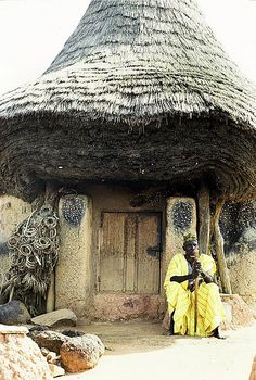 Africa |  Impressive thatching on a traditional Senufo {Senoufo} building |  © Georges Courreges.