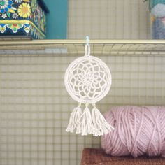 Free Pattern: Mini Dream Catcher – Picot Pals I've always wanted to make my own but the prospect of learning a new craft seemed a little daunting. This dream catcher can be made with (mostly) basic crochet skills. I got the idea… Crochet Diy, Crochet Basics, Crochet Home, Thread Crochet, Crochet Gifts, Crochet Coaster, Crochet Rugs, Crochet Afghans, Crochet Blankets